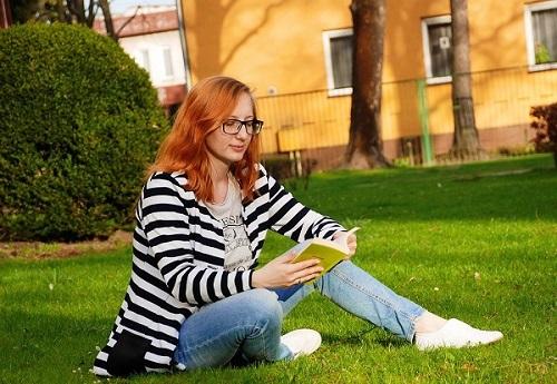 фото женщины с книгой