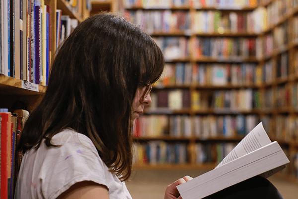студентка читает учебник