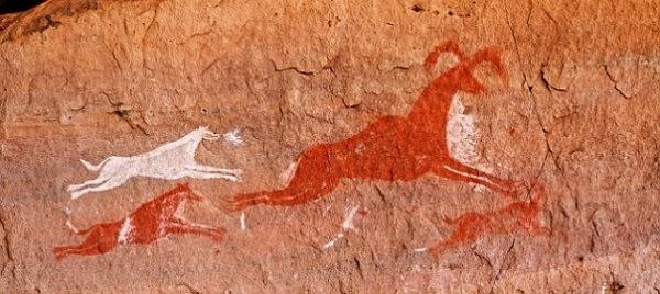 Рисунки на скалах выполнены в красном цвете