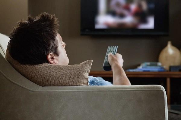 человек смотрит фильм со сценами погони
