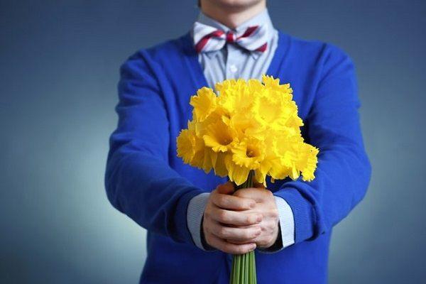 подаренные желтые цветы