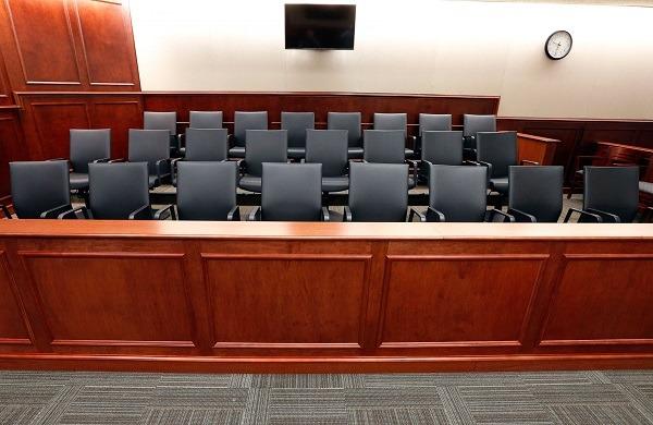 черный пол зала суда