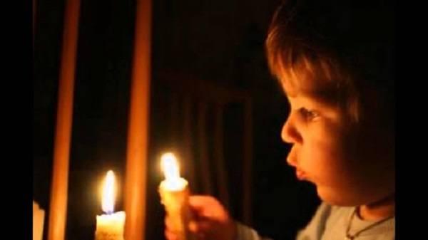ребенок приблизил руку к огню