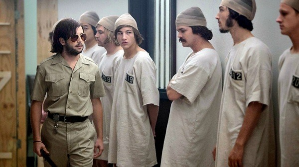 распределение на охранников и заключенных