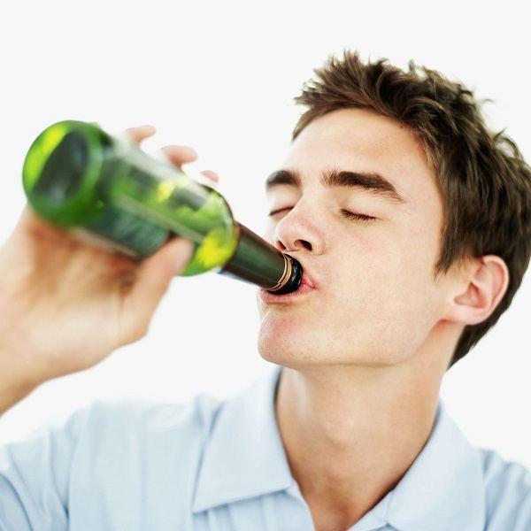 подросток пробует алкоголь