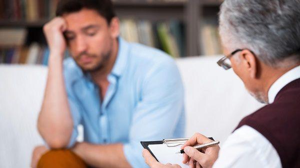 психотерапевт помогает бороться с созависимостью в отношениях