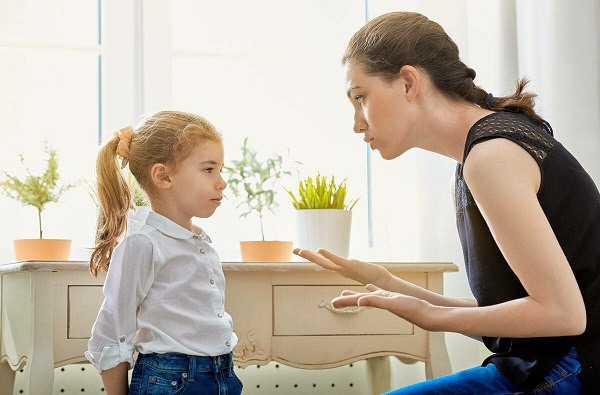 мать критикует ребенка