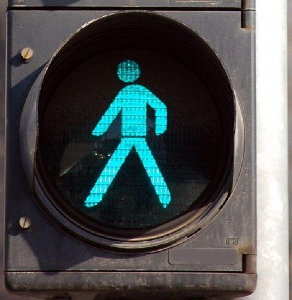 зеленый цвет на пешеходном переходе