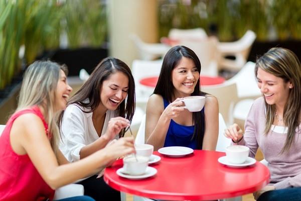 девушка больше общается с друзьями