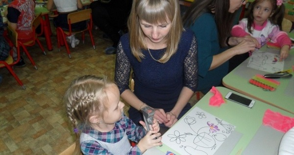 ребенок с родителем занимается пластилинографией
